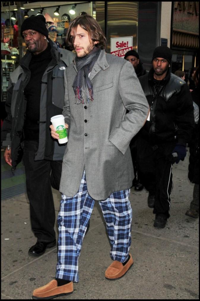 Ashton Kutcher en pyjama à New York sur le tournage du film New Year's Eve, le 15 mars 2011.