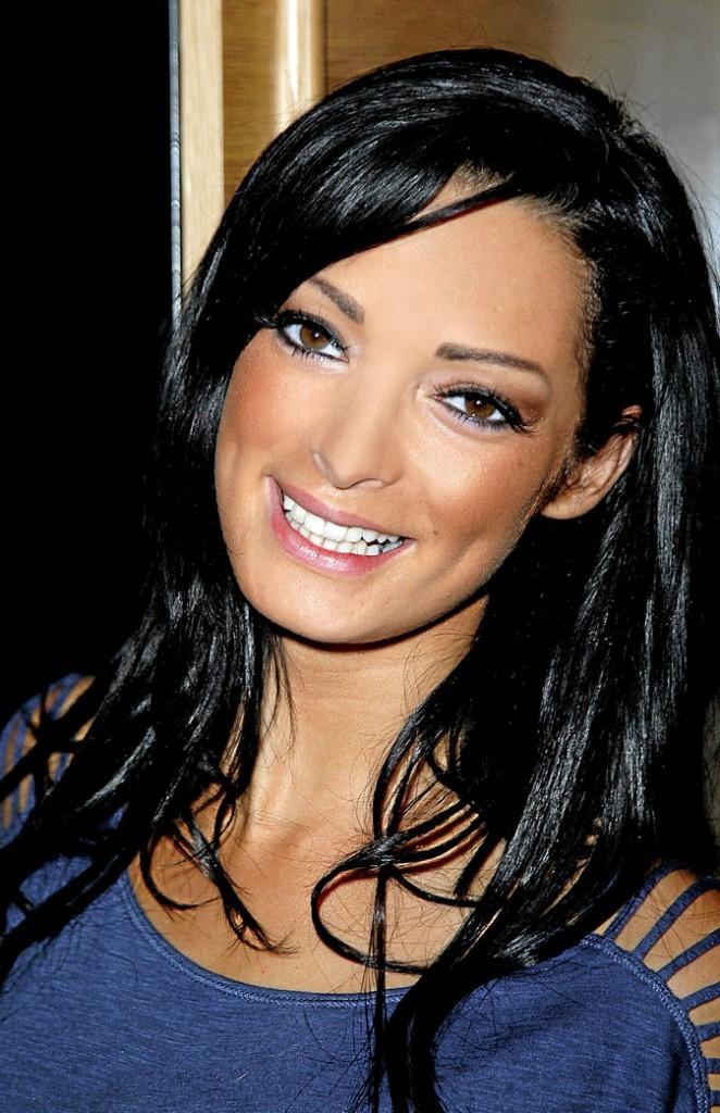 Elle affiche un grand sourire en photo, mais dès qu'il faut se mettre au boulot, elle perd vite sa bonne humeur et ses bonnes manières... Il ne faut pas s'attendre à être reçu avec un café et un sourire !