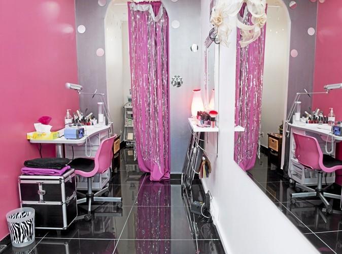 Rideaux pailletés, murs roses et papier peint baroque noir, ambiance kitsch pour un salon de beauté où il n'y a pas foule. Lors de mon passage, le carnet de rendez-vous était vide pour la semaine à venir.