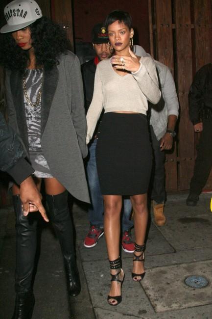 Rihanna sort sans soutien-gorge