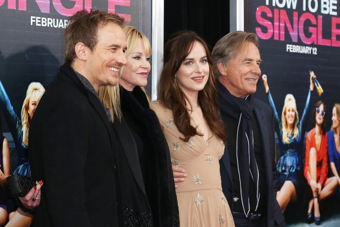 Dakota Johnson, proche de sa famille sur red carte