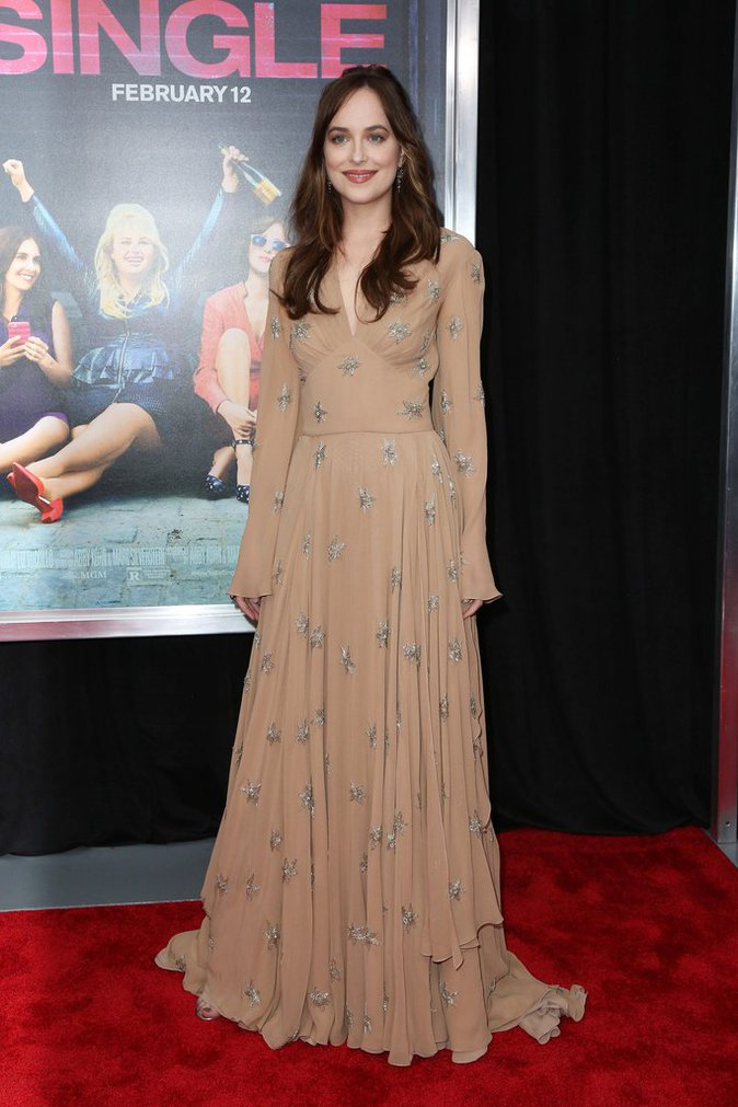 Dakota Johnson se la joue bohème chic à a première de son film How To Be Single