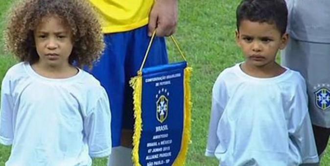 Murilo et Lyan avant le coup d'envoi de Brésil - Mexique