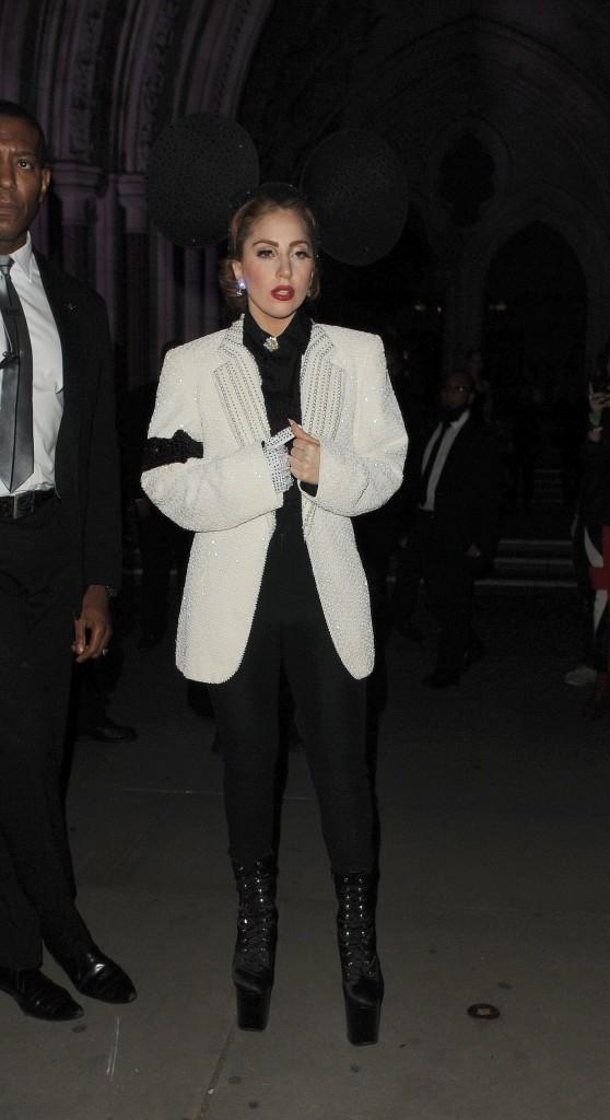 Lady Gaga lors du défilé Philip Treacy à Londres, le 16 septembre 2012.