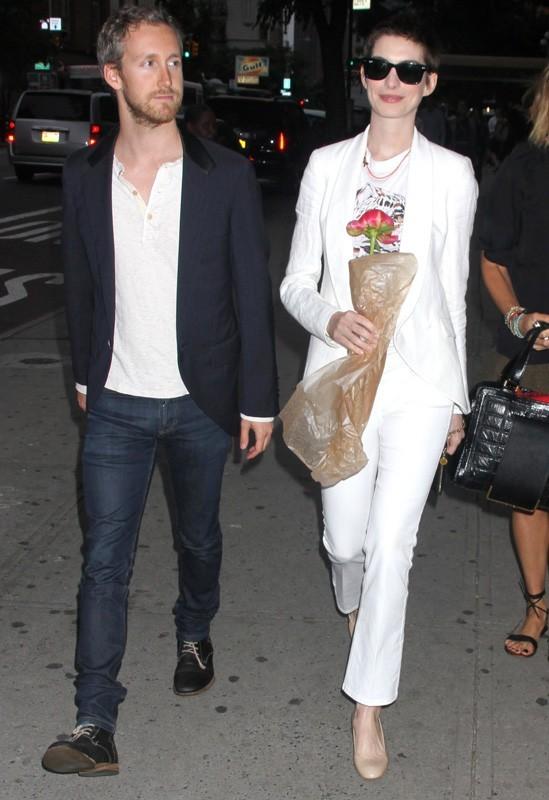 Au bras d'Adam Shulman, elle se rend à la garden party de Stella McCartney