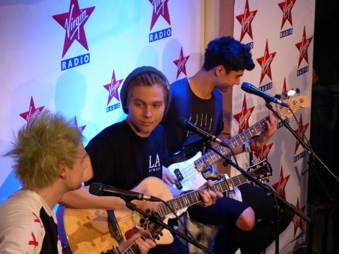 Les 5 Seconds of Summer lors de leur passage chez Virgin Radio le 26 juin 2014