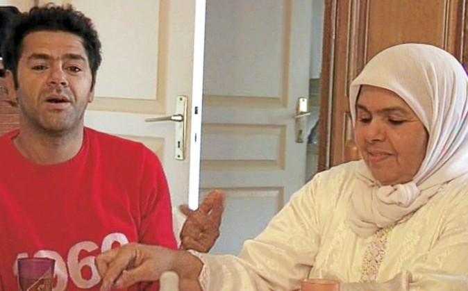 """Avec sa mère, Fatima, qu'il appelle """"le clown de la famille""""."""