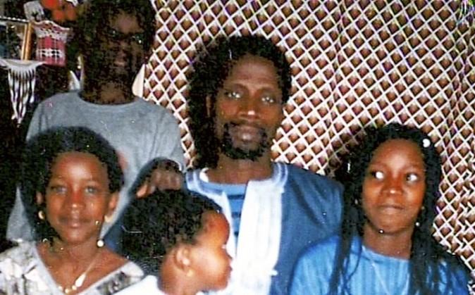 Omar Sy avec son père et ses frères et soeurs.