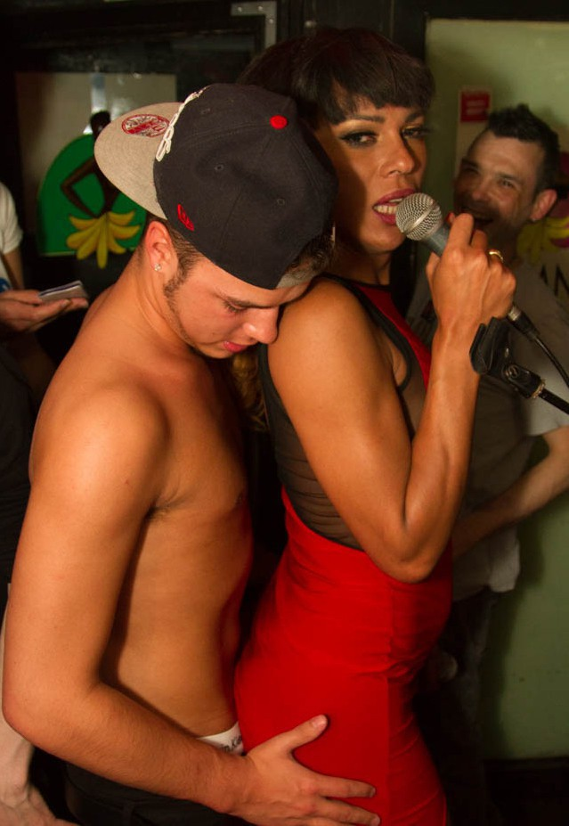 Exclu Public : Photos : le sosie de Justin Bieber part à la recherche de ses prochains partenaires !