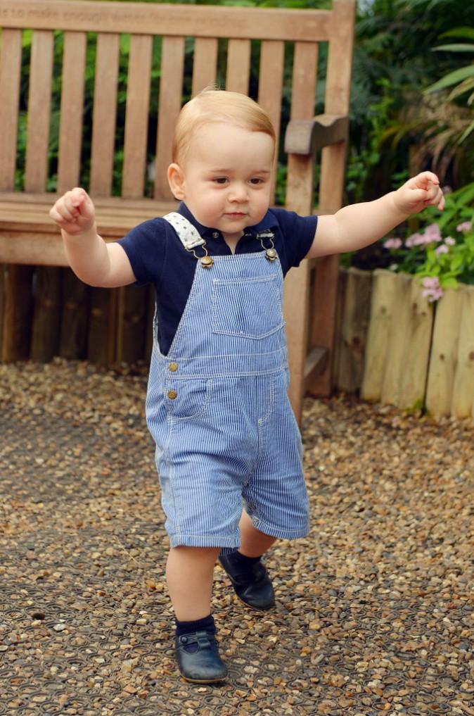 2 juillet 2014 : premiers pas du royal baby, qui se tient désormais tout seul sur ses jambes !