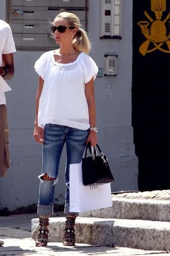 Helena en pleine séance de shopping