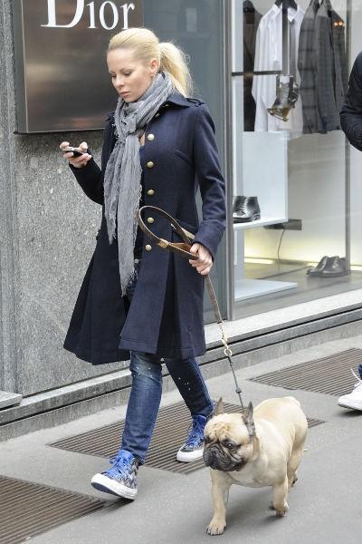 La mannequin en promenade avec son chien à Milan