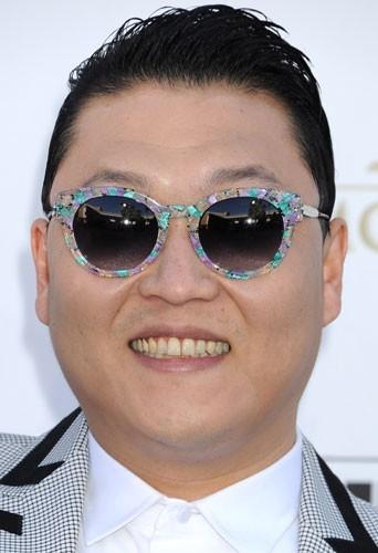 """Psy : il détrône Justin Bieber et devient le nouveau roi de YouTube avec son """"Gangnam Style"""" !"""