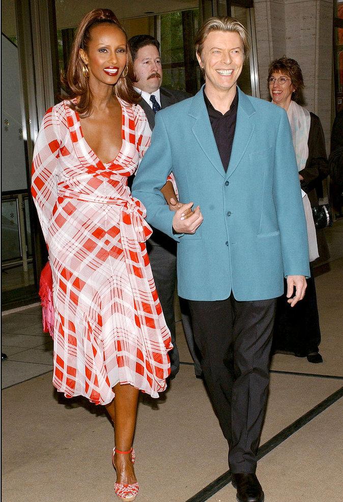 David Bowie et Iman assistent à un gala donné par le Film Society Center de Londres pour Susan Sarandon en mai 2003.