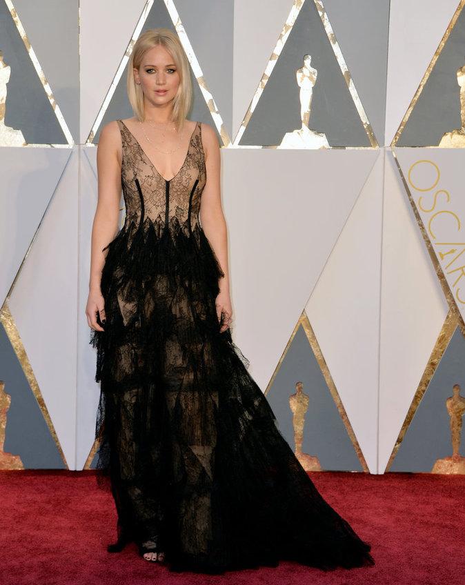 Oscars 2016 : Jennifer Lawrence : éblouissante dans sa robe en dentelle !