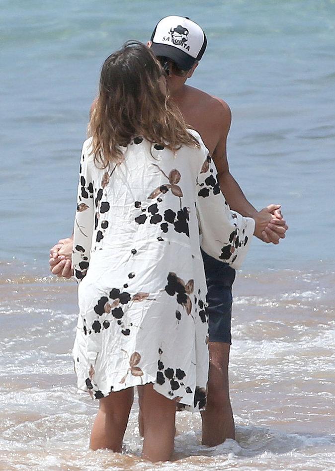 Jessica Alba et Cash Warren n'hésitent pas à s'embrasser devant les photographes