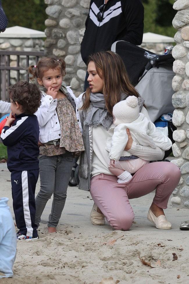 Jessica Alba jongle entre ses deux filles!