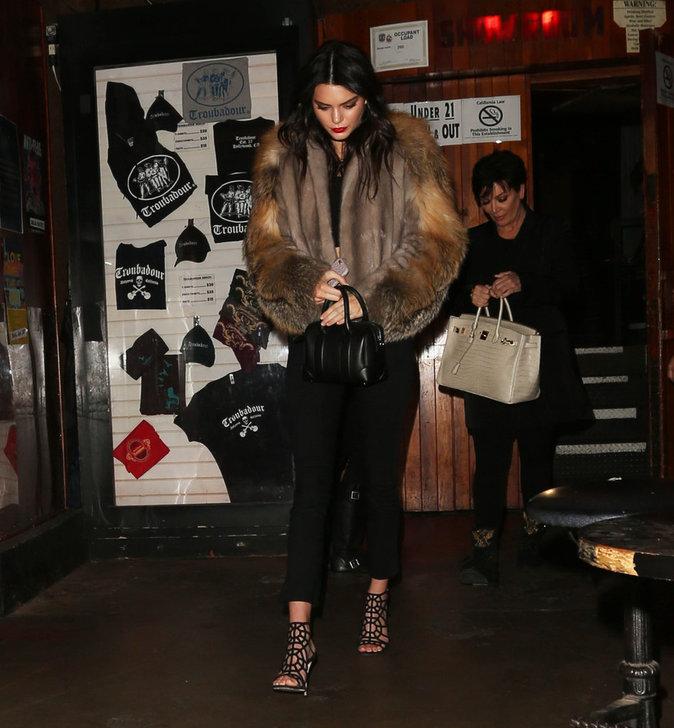 Kendall quitte la soirée accompagnée de sa maman Kris Jenner