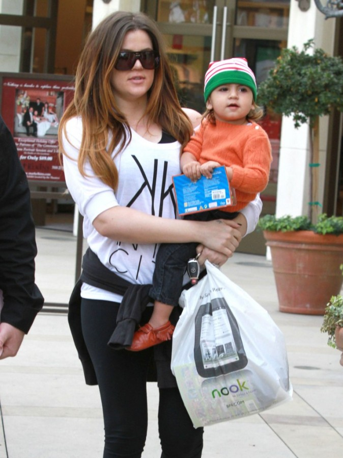 Khloe Kardashian et son neveu Mason à Calabasas en Californie, le 11 décembre 2011.