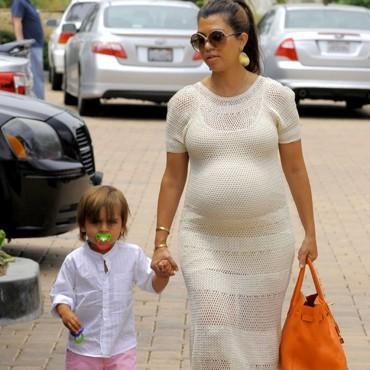Kourtney Kardashian et son fils. Un ventre de plus en plus grossissant !