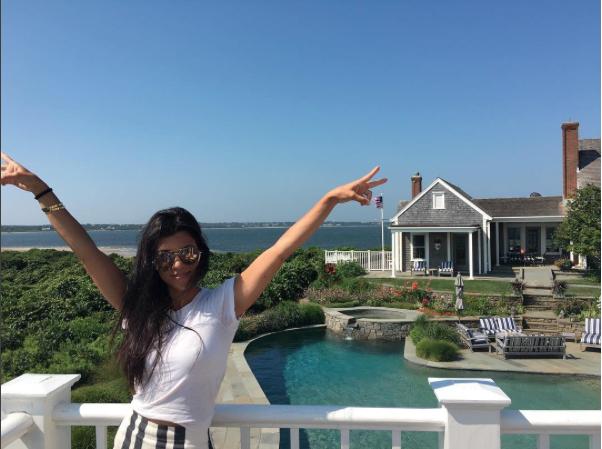Kourtney Kardashian a de quoi être heureuse! grande maison de vacance, soleil, enfant, et amis sont au rendez-vous !