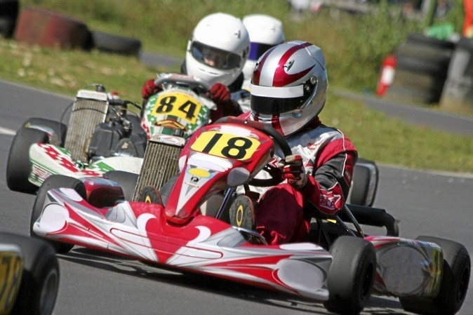 J'apprends à piloter un kart de compétition en toute sécurité dans l'une des trente-deux écoles de karting