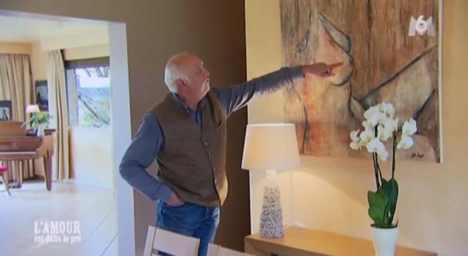 Claude nous fait visiter sa maison orné de tableaux de femmes nues