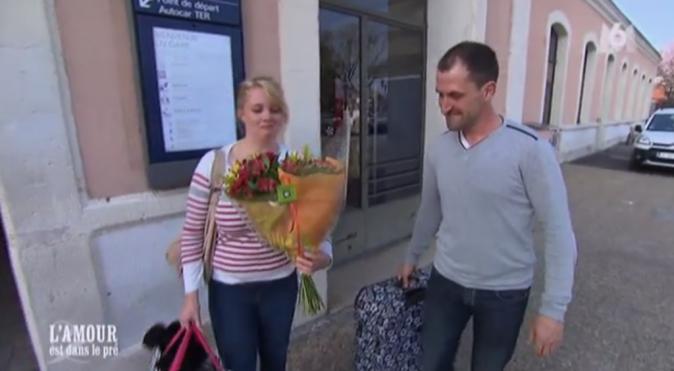 Jean-Baptiste accueille Anastasia avec un gros bouquet