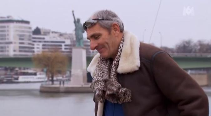 Thierry a mis à son cou le foulard que lui a offert Annick, un signe ?