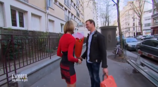 Franck arrive à Paris chez Karine, bouquet en main !
