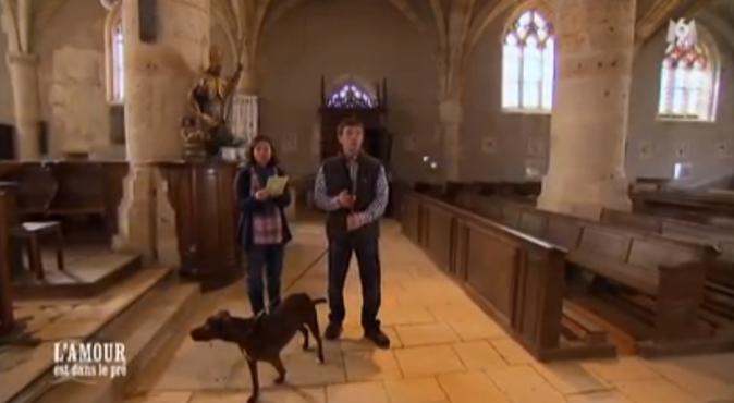 Tiens, ils sont dans l'église avec le chien !