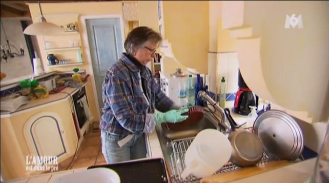 Isabelle fait sa vaisselle avant que ses prétendants n'arrivent