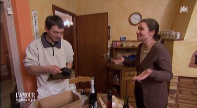 Lisa donne ses cadeaux à Cyrille...