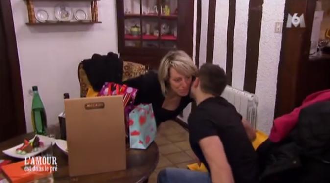 Adrien a couvert Claire de cadeaux ! Un peu trop selon elle !