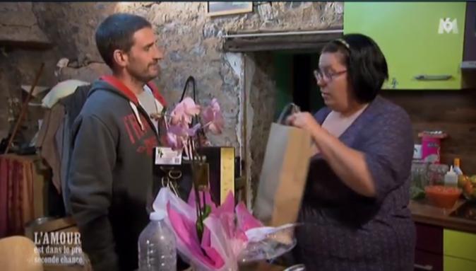 Manu a apporté orchidée et cadeaux à Marylin