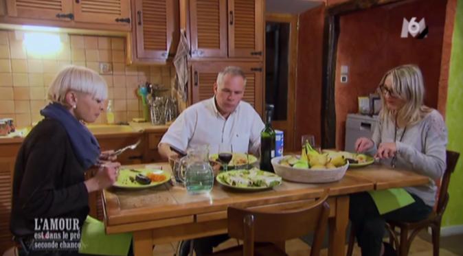 Pas très bavard Christophe à table avec ses belles