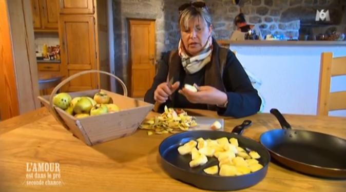 Sabine et Muriel préparent le repas du soir pour les copains de Philippe