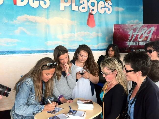 Sandrine Quetier signant des autographes