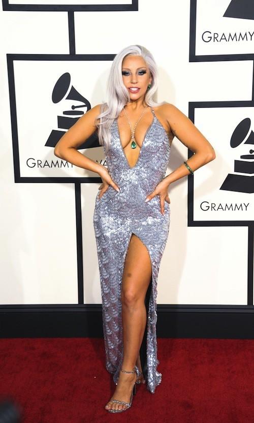 Scintillante et ultra décolleté pour les Grammy Awards