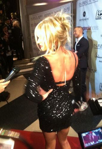 Qui est cette belle blonde aux Lauriers TV Awards ?