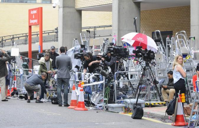 La cohorte de journaliste attend avec impatience la sortie de la duchesse et de son fils