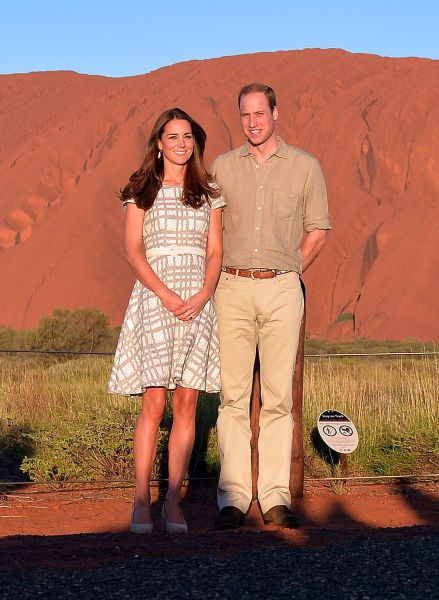 La duchesse et le prince devant l'Ayers Rock, en Australie