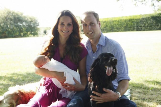 Photo officielle de Kate, William et leur fils, au vert