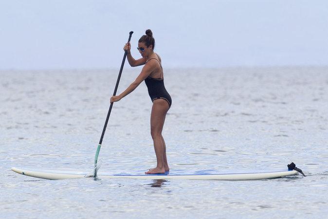 Lea Michele : Sexy en maillot une pièce elle s'éclate avec ses copines Hawai !