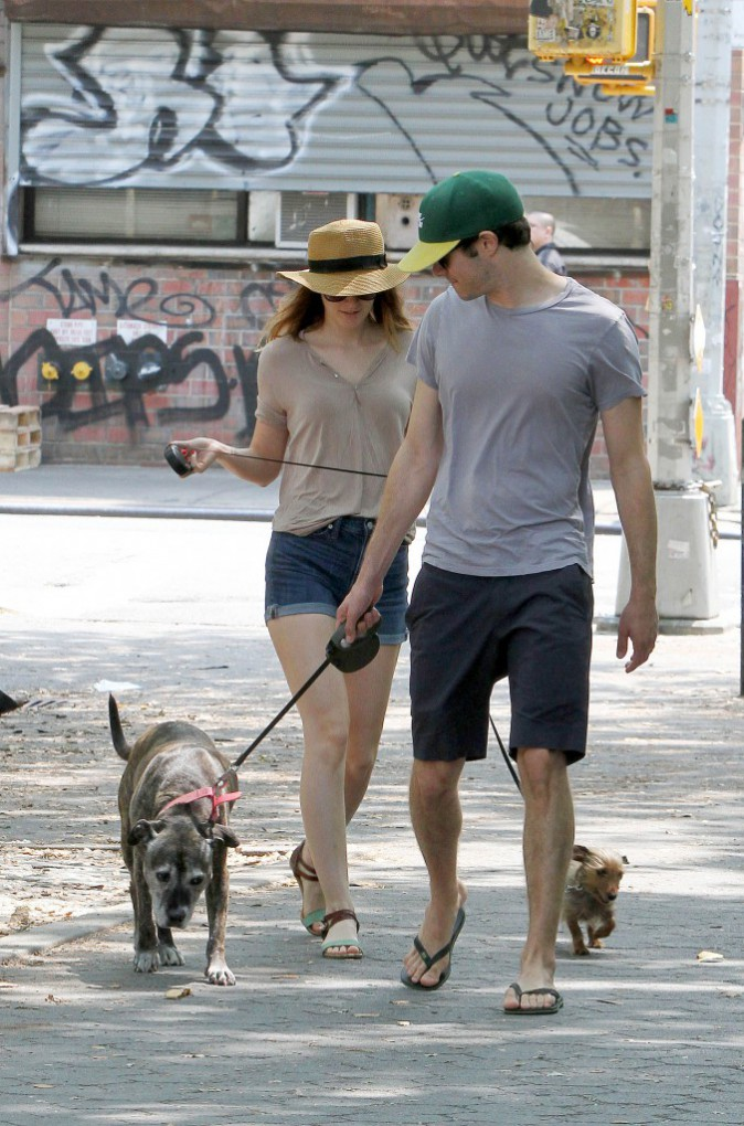 Leighton Meester et Adam Brody : souriants pour promener leurs chiens en toute simplicité à New York !