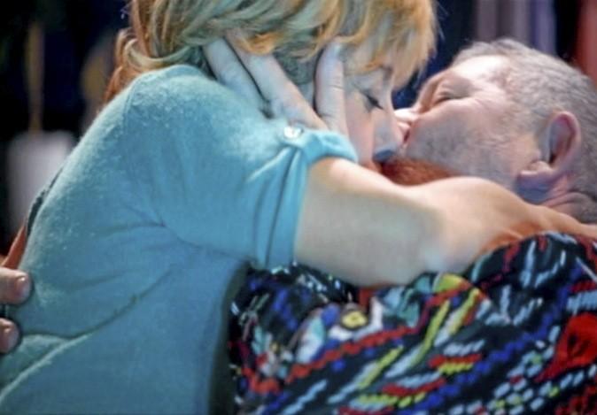 Les grands-parents s'embrassent à pleine bouche !