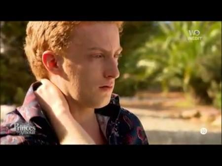 Il ne peut retenir ses larmes plus longtemps...