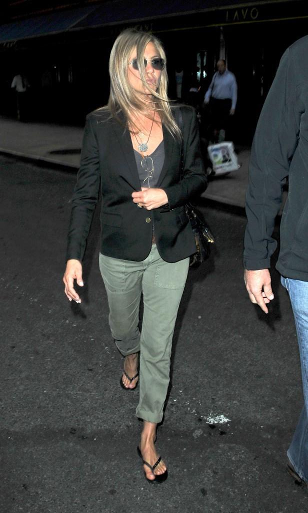 Jennifer Aniston, en tongs, même un jour de pluie !