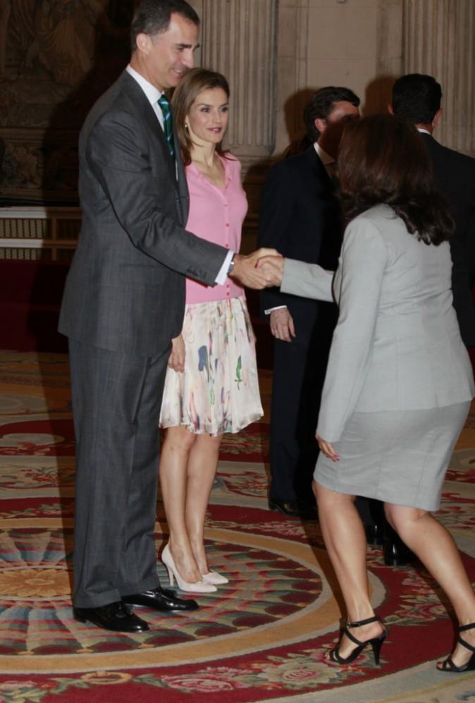 """Le roi Felipe VI et la reine Letizia d'Espagne reçoivent les membres du programme """"Europe Scolarships"""" de l'université Francisco de Vitoria à Mad..."""