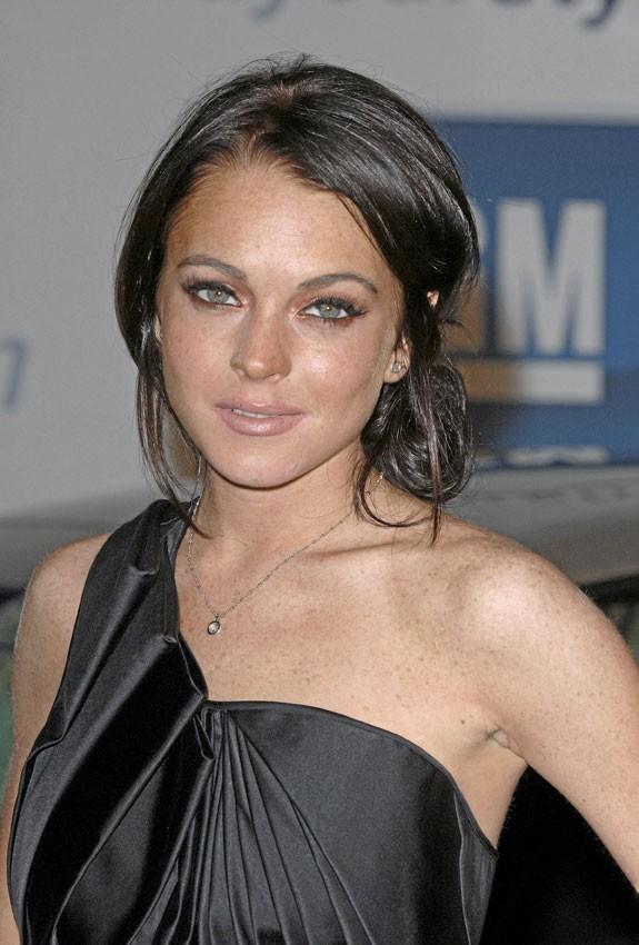 2006 : Ses parents sont divorcés, l'avenir de Lindsay s'assombrit tout comme ses cheveux qu'elle teint en noir.